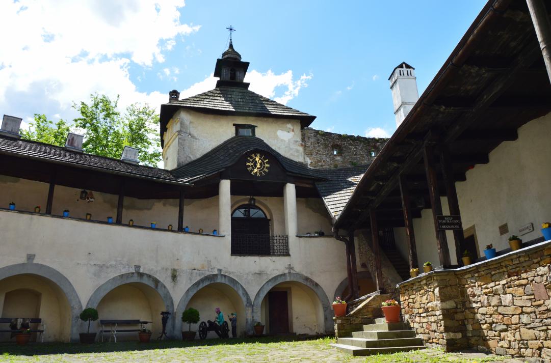 Zamek Dunajec - dziedziniec