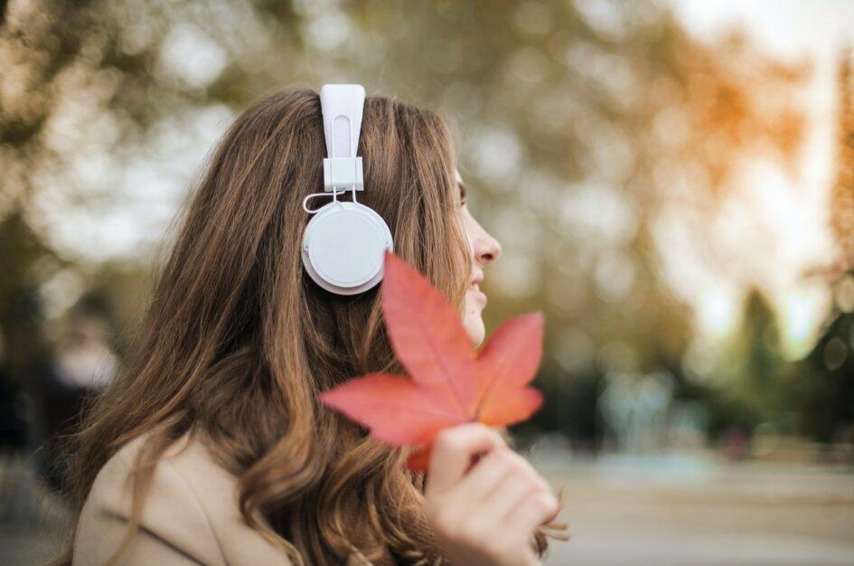 Polskie piosenki o jesieni – 7 pięknych utworów